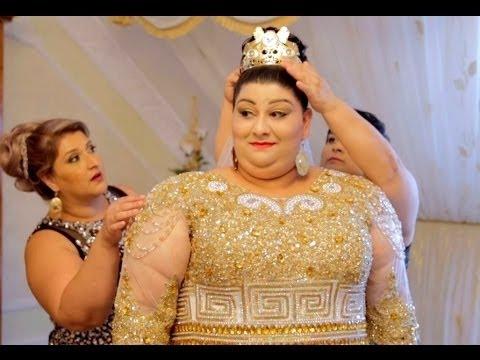 شاهد عروس ارتدت فستانًا من الذهب يوم زفافها