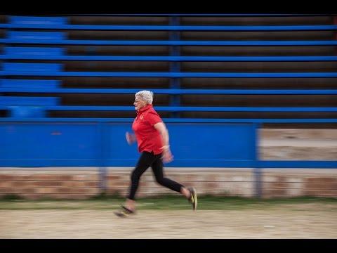 شاهد مسنة تنافس على الميدالية الذهبية في الجري