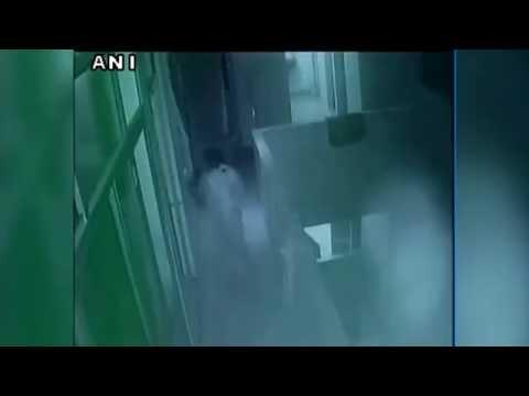 هندية تلقي ابن اختها الرضيع من شرفة المستشفى