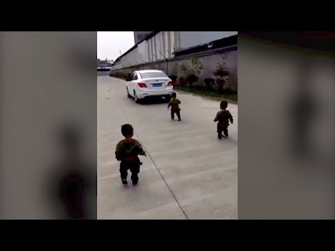 3 توائم يمنعون والدهم من الذهاب إلى العمل بطريقة مؤثرة